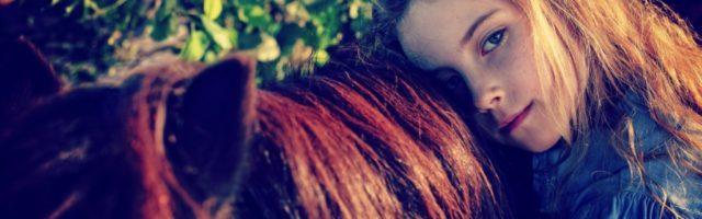 Belastung-51a43915f005b35b8ddb84d436912ae4141f1fdb Young girl hugging a horse