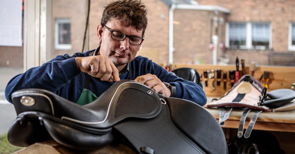Sattlerei Bernhard Theine Der Sattlermeister Bernhard Theine, arbeitet am 07.12.2017 in seiner Werkstatt in Rommerskirchen, an verschiedenen Sattelteilen. Foto: DANIEL ELKE