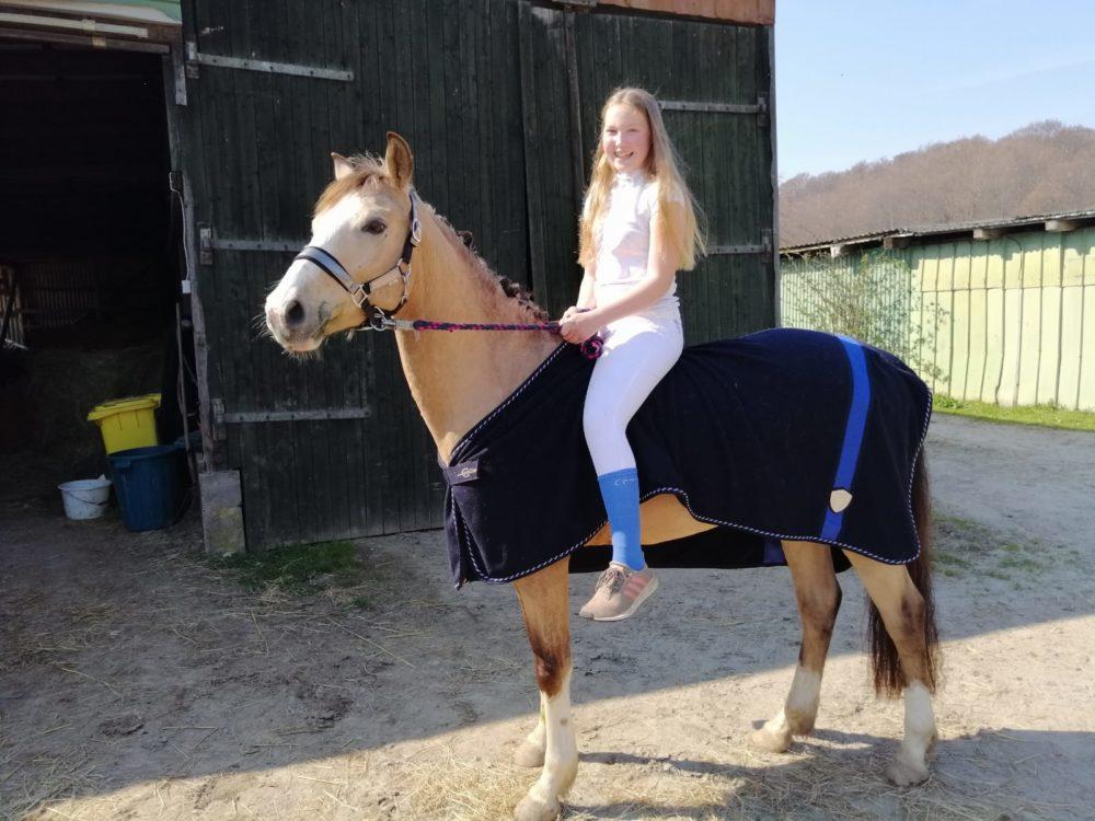Lene auf ihrem Pony Dusty